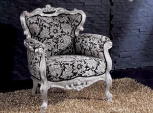 Klasična fotelja baroknog stila, sa okvirom od drva u srebrnoj boji i u tkanini crne boje sa cvijetnim uzorkom. Može se naručiti i u različitim drugim bojama drva i tkanina.