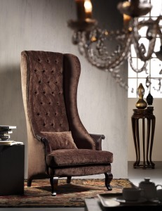 Klasična fotelja sa nogama od drva, u tkanini smeđe boje. Može se naručiti i u različitim drugim bojama drva za noge i različitim drugim tkanina ili u koži za sjedište.