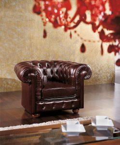 Klasična fotelja presvučena u kožu sa drvenim nogicama u boji oraha. Može se naručiti u drugim materijalima i bojama.