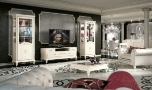 Klasična TV komoda u kompletu sa klasičnom vitrinom i klasičnim stolićem. Bojano u krem bijelu boju. Može se naručiti u drugim bojama i završnim obradama.