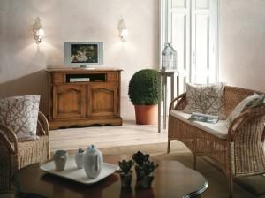Klasična Tv komoda sa dvije ladice i dva vrata. Izrađena je od masivnog drva, bojana u boju oraha. Može se naručiti u drugim bojama i veličinama.