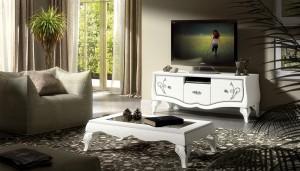 Klasična Tv komoda baroknog stila, izrađena je od masivnog drva, lakirana u bijelu boju sa srebrnim dekorom. u kompletu je klasični stolić baroknog stila, lakiran u bijelu boju sa dekorom u srebrnoj boji. Namještaj se može naručiti i u drugim bojama.