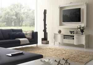 Klasična tv komoda sa dva vrata i jednom ladicom izrađena od masivnog drva, lakirana je u bijelu boju. U kompletu je klasičan viseći element tipa okvir za tv, lakiran u bijelu boju. Može se naručiti sve i u drugim bojama.
