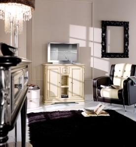 Klasična tv komoda sa dva vrata, jednom ladicom i dva otvora, izređena od masivnog drva, lakirana u krem boju sa zlatnim detaljima. Može se naručiti i u drugim bojama.