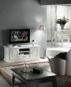 Klasična tv komoda sa dva vrata, jednom ladicom i dva otvora, izrađena je od masivnog drva, lakirana u bijelu boju. Može se naručiti i u drugim bojama.