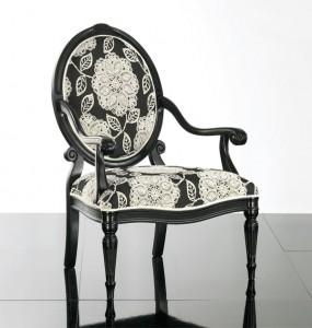Klasična drvena stolica sa rukonaslonima, lakirana u crnu boju, sjedište i leđa u tkanini. Može se naručiti u drugim bojama drva i bojama tkanina.