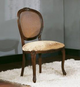 Klasična drvena stolica u boji oraha, sjedište presvučeno u tkaninu, a leđa su u slami
