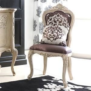 Klasična drvena stolica u antik krem bijeloj boji, sjedište i leđa u tkanini. Može se naručiti u raznim drugim bojama drva i drugim presvlakama za sjedište i leđa stolice.