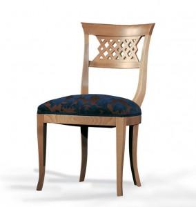 Klasična drvena stolica u boji svijetlog oraha, sjedište u tkanini, a leđa od drva. Može se naručiti u bilo kojim bojama drva i tkaninama.