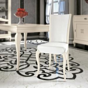 Klasična drvena stolica u bijeloj boji, sjedište i leđa u tkanini. Može se naručiti u bilo kojim bojama drva i različitim tkaninama.