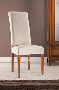 Klasična drvena stolica sa nogama u boji oraha, sjedište i leđa u tkanini. Može se naručiti u različitim drugim bojama drva i raznim drugim tkaninama.