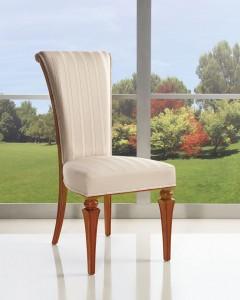 Klasična drvena stolica u boji oraha, sjedište i leđa u tkanini. Stolica se može naručiti u različitim bojama drva i raznim drugim tkaninama.