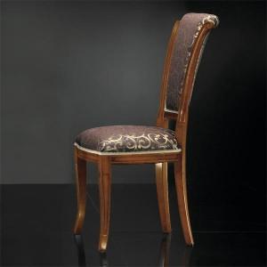 Klasična drvena stolica u boji oraha, sjedište i leđa u tkanini. Može se naručiti od rugih materijala i boja drva.