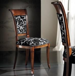 Klasična drvena stolica u boji oraha, sjedište i leđa u tkanini. Može se naručiti u bilo kojim bojama drva i u drugim tkaninama za sjedište i leđa.