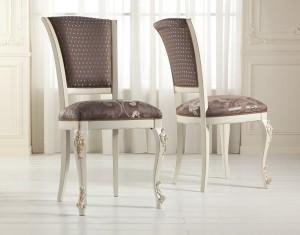 Klasična stolica, izređena od masivnog drva, te izrezbarena, lakirana u bijelu boju, leđa i sjedište presvučeni u tekstil. Može se naručiti u drugim bojama drva i drugim materijalima.
