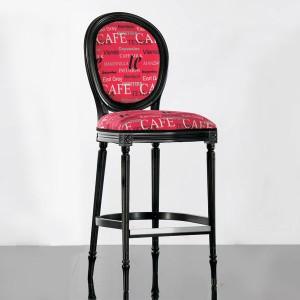 Klasična barska stolica izređena od masivnog drva, lakirana u crnu boju, sjedište i leđa u tkanini. Visina sjedišta 80 cm. Može se naručiti u drugim bojama drva i različitim drugim tkaninama.