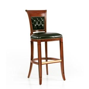 Klasična barska stolica u boji oraha, sjedište i leđa u koži. Visina sjedišta 77,5 cm. može se naručiti u raznim drugim bojama drva i materijalima za sjedište i leđa stolice.