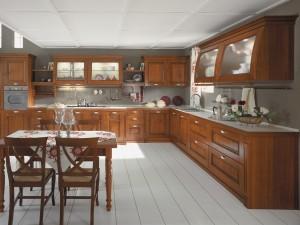 SIEPI - klasična kuhinja koja ima velike mogučnosti slaganja elemenata po mjeri prostora. Vratnica krem boje, izrađena je od drva debljine 30 mm., sa velikim izborom radnih ploča i ručkica. Klasična kuhinja složena u kutnom sastavu, na lijevoj strani je kolona za pečncu, do koje je dublji element sa pločm za kuhanje, iznad koje su stakleni zidni elementi. Desno je kutni bazni element sa vratima do kojeg je sudoper, a u nastavku su elementi sa dubokim ladicama, iznad kojih su zidni elementi sa zaobljenim staklenim vratima. Uz kuhinju je kombiniran klasični stol sa klasičnim stolicama u istoj boji kuhinje.