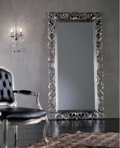 Klasično ogledalo u baroknom stilu, tapkano sa srebrnim listićima, dimenzije 100x200 h. Može se naručiti i u drugim bojama i veličinama.