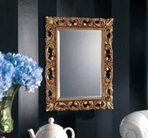 Klasično ogledalo u baroknom stilu, tapkano sa zlatnim listićima, dimenzije 74x94. Može se naručiti i u drugim bojama i veličinama.