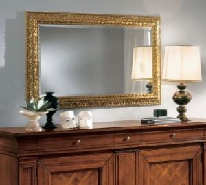Klasično ogledalo od masivnog drva, tapkano sa zlatnim listićima, dimenzija 148x90 h. Može se naručiti i u drugim bojama.