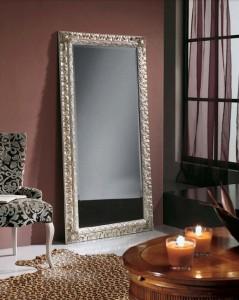 Klasično ogledalo, tapkano sa srebrnim listićima, dimenzije 92x182 h. Može se naručiti i u drugim bojama i dimenzijama.
