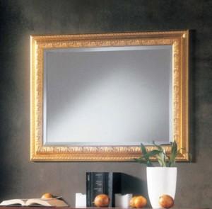 Klasično ogledalo, tapkano sa zlatnim listićima, dimenzije 84x64 h. Može se naručiti i u drugim bojama.