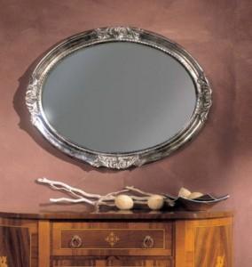 Klasično ovalno ogledalo, tapkano sa strebrnim listićima, 82x62 h. Može se naručiti i u drugim bojama.