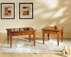 Klasični stolić od drva u boji oraha sa ispod ladicom, te gore staklom. Može se naručiti i u različitim drugim bojama, te u dvije različite veličine. Postoji mogućnost biranja drva ili stakla kao ploče stola.