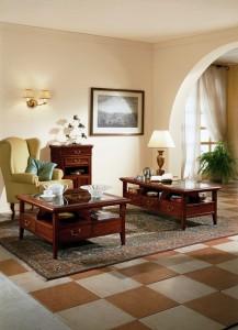 Klasični stolić kockastog oblika, izrađen od drva u boji oraha sa ispod 4 ladice, te gore staklom. Klasični stolić kvadratnog oblika, izrađen od drva u boji oraha sa ispod 6 ladica, te gore staklom. U kompletu je i klasični ormarić sa dvoje i dvije ladice. Sve se može naručiti i u različitim drugim bojama. Postoji mogućnost biranja drva ili stakla kao ploče stola.