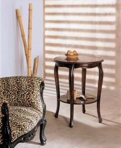Klasični okrugli stolić, izrađen od drva u boji tamnog oraha. Može se naručiti i u različitim drugim bojama drva.
