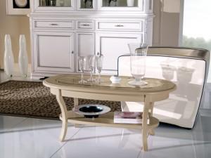 Klasični stolić sa staklom, izređen od masivnog drva, lakiran u krem boju. Može se naručiti i u drugim bojama, te sa pločom od drva.