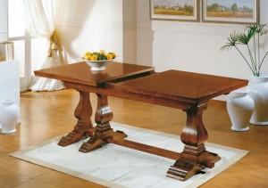 Klasični stol na razvlačenje, izrađena od masivnog drva u boji oraha. Može naručiti u drugim bojama drva. Kod razvlačenja stola noge sa dijele na dva dijela, te daju ploči stola stabilnost i čvrstoću.