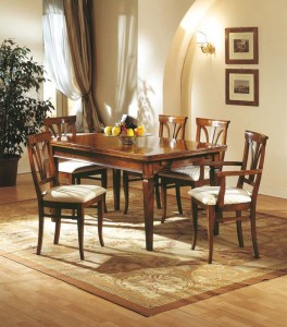 Klasična blagavaona izrađena od masivnog drva u boji oraha. Komplet od 6 drvenih stolica i stolom na razvlačenje. Sve se može naručiti u drugim bojama drva, te stolice sa raznim uzorcima tkanina.