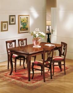 Klasična blagavaona izrađena od masivnog drva u boji oraha. Drvene stolice sa stolom na razvlačenje. Sve se može naručiti u drugim bojama drva, te stolice sa raznim uzorcima tkanina.