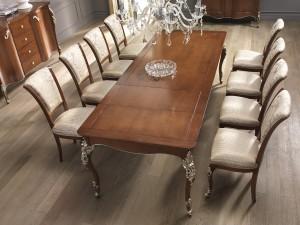 Klasični stol na razvlačenje, dimenzija 201x101 (otvoreni 279x101 cm.), u kompletu sa klasičnim stolicama. Sve je izrađeno od masivnog drva, te izrezbareno, leđa i sjedište stolice presvučeni u tekstil. Bojano u boju oraha sa srebrnim detaljima. Može se naručiti i u drugim bojama i materijalima za stolice.
