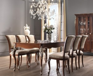 Klasični stol na razvlačenje, dimenzija 201x101 (otvoreni 279x101 cm.) . U kompletu klasična stolica, izređena od masivnog drva, te izrezbarena, leđa i sjedište presvučeni u tekstil. Bojano u boju oraha sa srebrnim detaljima. Može se naručiti i u drugim bojama i materijalima za stolice.