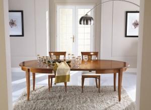 Klasični ovalni stol na razvlačenje, izrađen od masivnog drva sa pločom u intarzijama. Bojan u klasičnu boju oraha, al može se naručiti i u drugim bojama.