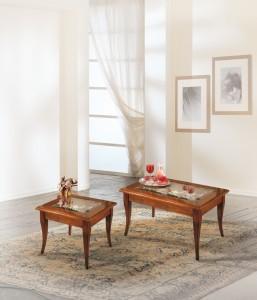 Klasični stolić kockastog oblika, izrađen od drva u boji oraha na otvaranje kao knjiga te gore staklom. Klasični stolić kvadratnog oblika, izrađen od drva u boji oraha na otvaranje kao knjiga te gore staklom. Mogu se naručiti i u različitim drugim bojama drva.