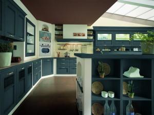 TERRA - klasična kuhinja koja ima velike mogučnosti slaganja elemenata po mjeri prostora. Vratnica u tamno plavoj boji, izrađena je od drva debljine 30 mm., sa velikim izborom radnih ploča i ručkica. Kuhinja složena u ugradbenim zidovima, koja s ljeve strane počinje sa baznim i visećim klasičnim elementima, do kojih je kolona sa pečnicom, pa s desne strane ploča za kuhanje iznad koje je velika napa, a u nastavku su klasični bazni elementi sa sudoperom, te viseći elementi od stakla. U sredini prostora ispred kuhinje je otok, koji služi kao radna površima sa jedne strane te šank sa druge strane.
