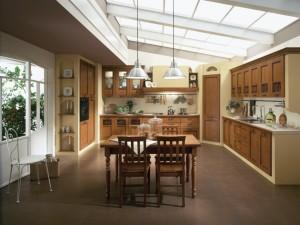 TERRA - klasična kuhinja koja ima velike mogučnosti slaganja elemenata po mjeri prostora. Vratnica u boji meda, izrađena je od drva debljine 30 mm., sa velikim izborom radnih ploča i ručkica. Kuhinja je napravljena u ugradbenom stilu. S ljeve strane je kolona sa pečnicom i frižiderom, sa desne strane sudoper sa bazim klasičnim elementima iznad kojih su viseći elementi sa vratima. Ravno je pliča za kuhanje sa napom i elementima u staklu. Uz kuhinju je kombiniran klasični stol sa klasičnim stolicama u istoj boji kuhinje.