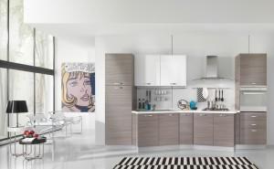 VELVET - moderna kuhinja od mediapana, sa velikim mogučnostima slaganja elemenata. Nas slici je prikazana kuhinja sa kolonom za frižider sa ljeve strane, do nje su sudoper i perilica posuđa u izbočenom elementu, te ploča za kuhanje u izbočenom elementu s desne strane iznad koje je napa. Na kraju kompozicije sa desne strane strane je kolona sa ugradbenom pećnicom. Iznad svih baznih elmenata su viseći elementi u visokom sjaju, dok su ostale vratnice kuhinje u tranchè sivoj boji. Kuhinja po mjeri za sve prostore i sve veličine.
