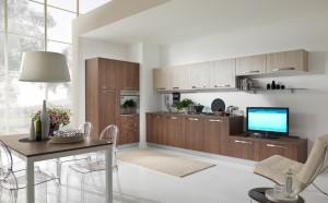 VELVET - moderna kuhinja od mediapana u kombinaciji sa modernim dnevnim dijelom, sa velikim mogučnostima slaganja elemenata. Na slici je prikazana kuhinja sa kolonom za ugradbenu pećnicu sa ljeve strane te kolonom za frižider na istom ljevom zidu. Na desnom zidu je kuhinja sa dalje nastavkom modernog dnevnog dijela. Sa ljeva su sudoper i perilica posuđa, pa ploča za kuhanje . Iznad svih baznih elmenata su viseći elementi te napa. U nastavku je sa kuhinjom spojen i regal za tv, iznad kojeg je staklena zidna polica sa visećim elementom iznad. Vratnice kuhinje su u kombinaciji tranchè svijetlo i tamno sive boje. Kuhinja po mjeri za sve prostore i sve veličine.