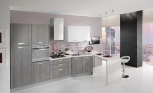 VELVET - moderna kuhinja od mediapana, sa velikim mogučnostima slaganja elemenata. Na slici je prikazana kuhinja sa kolonom za frižider sa ljeve strane, do nje je kolona sa ugradbenom pećnicom, do njih ploča za kuhanje, pa su sudoper i perilica posuđa u izbočenom elementu. Na kraju kompozicije sa desne strane strane se spaja stol tipa barskog. Iznad svih baznih elmenata su viseći elementi u visokom sjaju, dok su ostale vratnice kuhinje u tranchè sivoj boji. Kuhinja po mjeri za sve prostore i sve veličine.