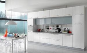 VELVET - moderna kuhinja od mediapana, sa velikim mogučnostima slaganja elemenata. Na slici je prikazana kuhinja sa kolonom za ugradbenu pećnicu sa ljeve strane i colono za frižider sa desne strane. Između nijh su ploča za kuhanje, pa su sudoper i perilica posuđa. Iznad svih baznih elmenata su viseći elementi u staklu, dok su ostale vratnice kuhinje u tranchè sivoj boji. Kuhinja po mjeri za sve prostore i sve veličine.