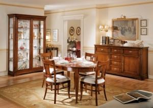 Klasična blagavaona izrađena od masivnog drva u boji oraha, sastoji se od klasične komode sa dva vrata i 6 ladica, klasične vitrine sa sva vrata, ovalnim stolom, te četiri stolice u kompletu.
