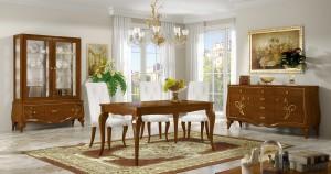 Klasična vitrina u kompletu sa klasičnom komodom, klasičnim stolićem i Klasičnom stolicom presvučenom u bijelu kožu. Izrađeno od masivnog drva u boji hrasta sa zlatnim dekorom. Sve se može naručiti u drugim bojama i završnim obradama.