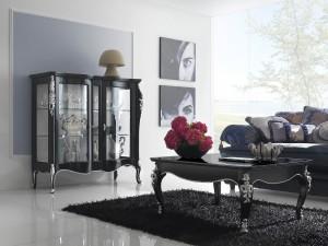 Klasična vitrina sa dva staklena vrata, izrađena je od masivnog drva, te lakirana u crnu boju sa detaljima tapkanim od srebrnih listića. U kompletu je klasični stolić izrađen od masivnog drva, lakiran u crnu boju sa detaljima tapkanim od srebrnih listića. Može se naručiti i u nekim drugim bojama.