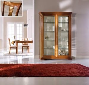 Klasična vitrina sa dva vrata, izređena od masivnog drva, lakirana u boju oraha sa zlatnim detaljima. Može se naručiti i u drugim bojama.