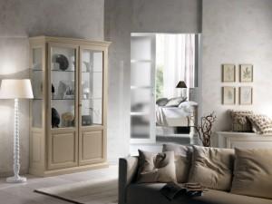 Klasična vitrina sa dva vrata izrađena od masivnog drva, bojana u krem boju. Može se naručiti i u drugim bojama.